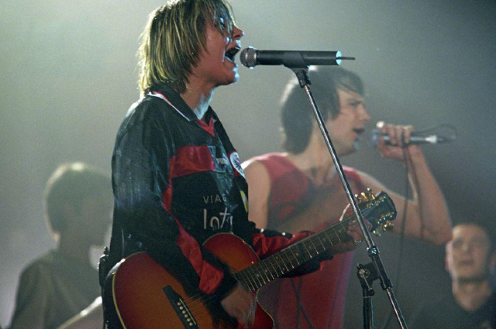 В январе 2000 года ведущие СМИ опубликовали итоги музыкального года. Земфира и ее группа победили в четырех номинациях журнала «ОМ»: «Исполнитель года», «Скандалист года», «Прорыв года» и «Альбом года».