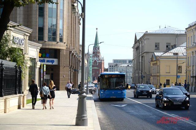 Под проезжей частью и тротуарами размещены  десятки сетей,  без которых мегаполису никак не обойтись. На фото - улица Воздвиженка.