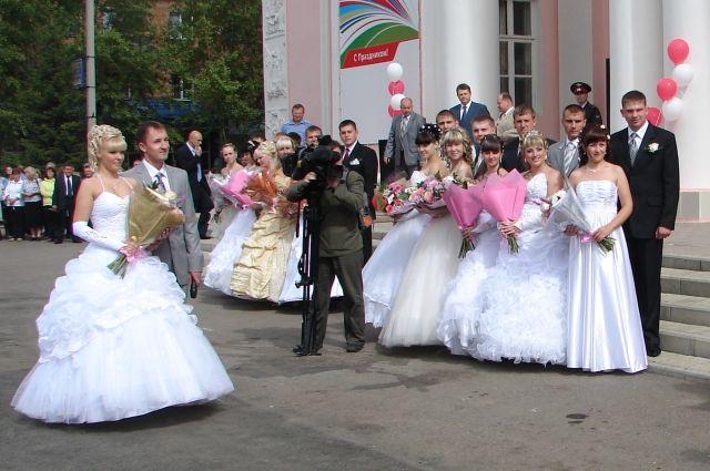 Кузбасские молодожёны не первый год получают подарки от областных властей, если свадьбы у тех «выпадают» на кузбасский профессиональный праздник.