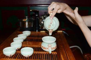 Самым элитным у китайцев считается улун, прожаренный на углях от фруктовых деревьев, а самый дорогой напиток - шэн пуэр, стоимость которого достигает 15 тысяч рублей за 100 граммов.