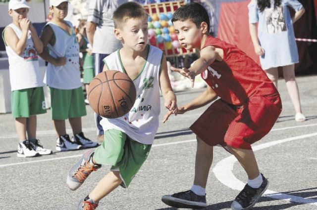 По программе развития баскетбола в городах Верхнека- мья открыли 28 спортивных центров. В них занимаются более 1,5 тыс. детей.