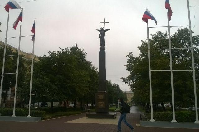 Девятиметровый монумент очень похож на Александровскую колонну с Дворцовой площади Санкт-Петербурга.