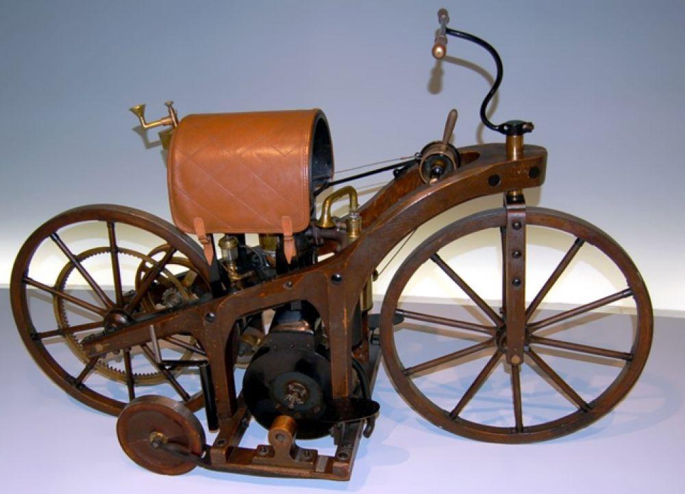 Первый мотоцикл с двигателем внутреннего сгорания был построен в Германии немецкими инженерами Готлибом Даймлером и Вильгельмом Майбахом. Бензиновый карбюраторный двигатель имел мощность 1,5 л. с.