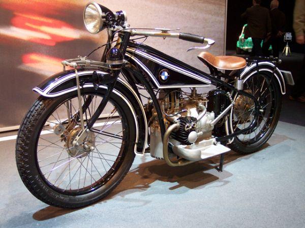 В 1923 году на Берлинской автомобильной выставке был представлен BMW R32, весивший всего 120 кг и при этом развивший скорость более 90 км/ч. Вместе с этим началась и история оппозитных двигателей BMW.