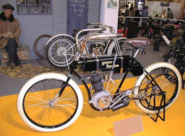 В 1904 году появился первый «настоящий» мотоцикл Harley-Davidson. Новая продвинутая рама была аналогична раме мотоцикла 1903 Milwaukee Merkel, сконструированного Джозефом Меркелем годом ранее. Трубчатая рама и двигатель большего объёма сделали новую модель Харли-Дэвидсон уже не велосипедом с мотором, а мотоциклом в современном понимании.