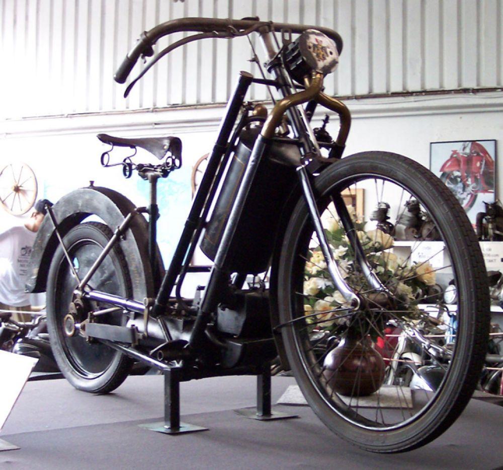 В 1894 году открылось первое серийное производство мотоциклов. Машина «Хильдебранд и Вольфмюллер» напоминала велосипед с дамской рамой и была ещё очень несовершенна. Сделано было порядка 2000 штук за три года существования марки.