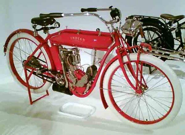 Типичный мотоцикл 1900-х- середины 20-х годов представлял собой раму велосипедного типа с низко установленным в переднем треугольнике тихоходным тяжелым двигателем, часто с непосредственным ременным приводом на колесо. Мотоцикл Indian 1911 года.