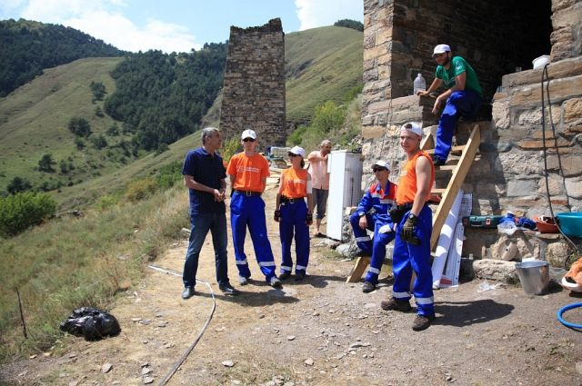 Студенты-волонтеры помогли реставраторам.