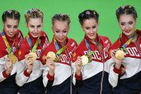 Анастасия Татарева (вторая справа) после победы на Олимпиаде мечтает оказаться дома в кругу семьи.