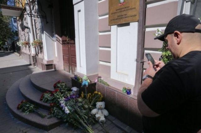 Возле посольства Италии