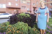 Клумбы во дворе - гордость омички. Сама высадила цветы, сама за ними ухаживает.
