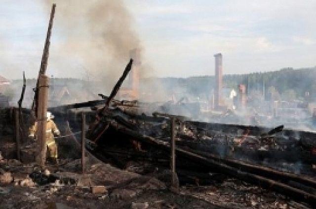 ВИльинском огонь уничтожил несколько десятков сараев игаражей