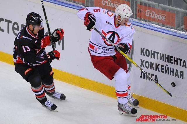 Игра началась с активных действий хоккеистов «Автомобилиста» в зоне «ястребов».