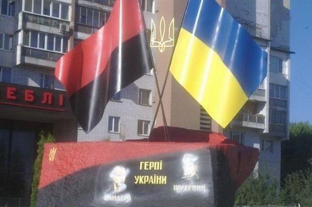 ВЧеркассах осквернили памятник Бандере иШухевичу