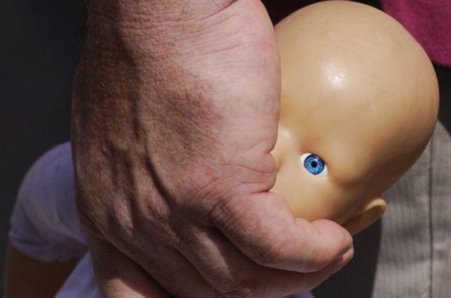 Новорожденную девочку обнаружили впакете водворе дома вКазани