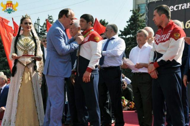 Олимпийский чемпион Садулаев нановом БМВ попался наопасном вождении