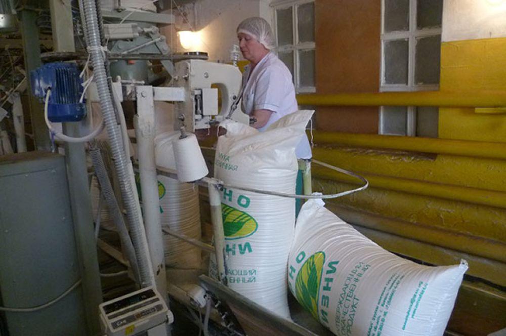 Мука фасуется в мешки весом 50 кг и отправляется на предприятия хлебопекарной промышленности. Это на них технологи «колдуют» с полученным качественным продуктом: добавляя разрыхлители, ферменты, отбеливатели и тому подобное. Иногда до такой степени, что делает продукт по вкусу мало похожим на хлеб. Блестящая корка, например, признак того, что добавлены улучшители цвета. Выглядит буханка увесистой, а на вес лёгкая – это значит, слишком много разрыхлителей. Но это уже на совести хлебопёков.