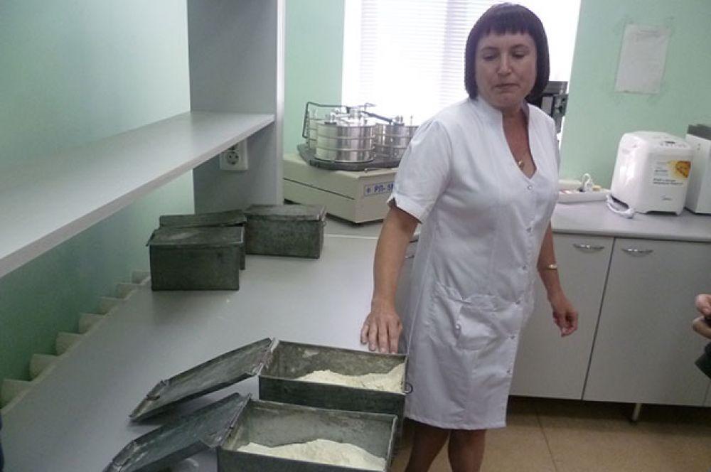 Слухи о том, что  в России пекут хлеб из зерна 4 и 5 класса, мукомолы назвали «мифом», такой класс зерна подразумевают очень низкое содержание клейковины. А без клейковины (белка) хлеб вообще не получится. Да и лаборатория не пропустит такую муку для отпуска. Для хлебопёков, чем больше клейковины, тем лучше. Хотя одна самарская фабрика просит кинель-черкасских мельников поставлять ей муку со средним содержанием клейковины - вафельные стаканчики получаются более хрустящими!