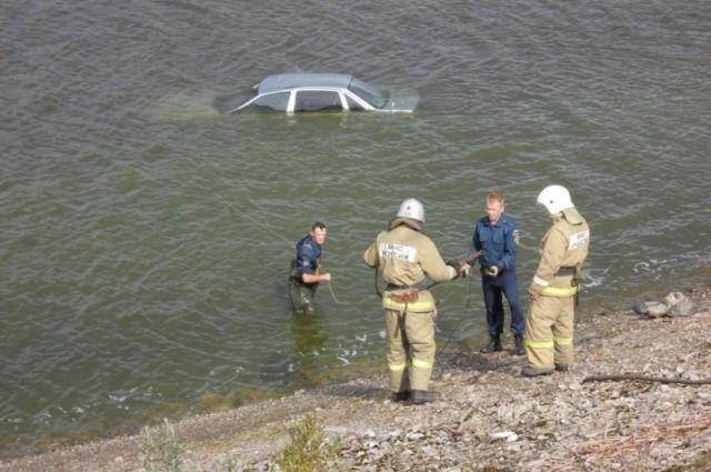 Автомобиль «Дэу» съехал с дороги и потонул вРыбинском водохранилище