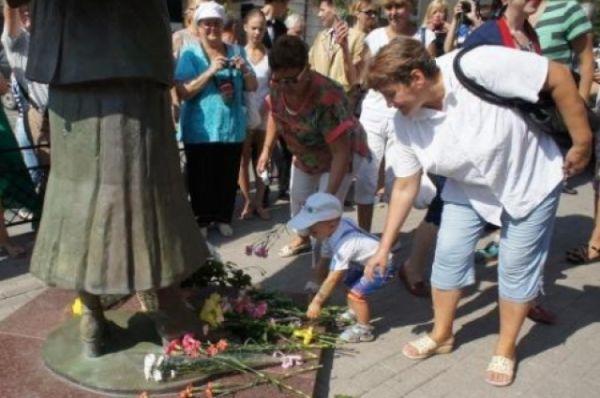 Юбилейные мероприятия проходили на нескольких площадках города. Но главным по традиции стало «Зонтичное утро» - у памятника актрисе с зонтиком в руках.