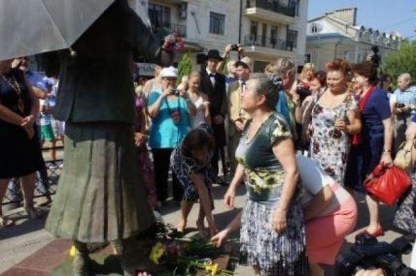 По окончании представления к ногам Фаины Раневской легли цветы от почитателей ее театрального таланта и искрометного юмора.
