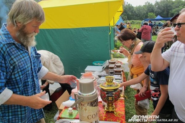 Гости фестиваля дегустировали чаи, варенья, блюда из рыбы и грибов.