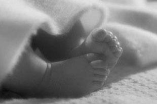 Младенец родился живым и доношенным.
