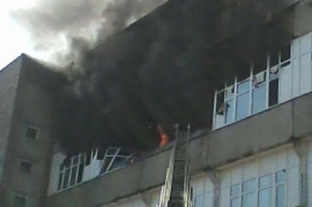 ВПензе cотрудники экстренных служб растаскивали машины, чтобы затушить пожар наулице Ладожской