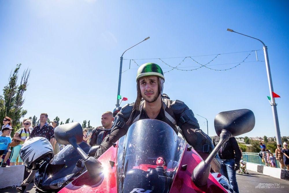 Участник от мотоклуба «Ежи» в праздничной экипировке.