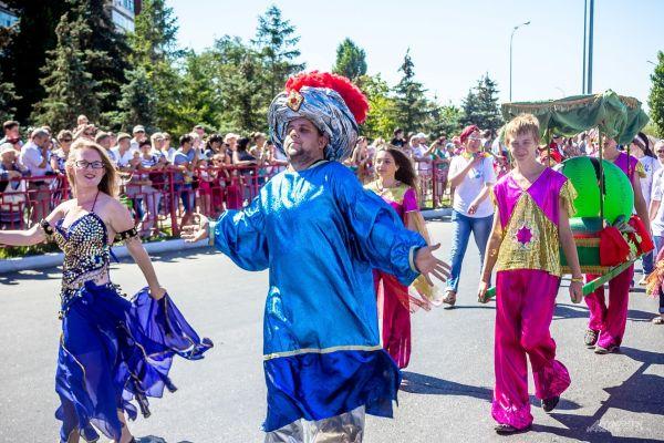 Персонажи восточных сказок развлекают гостей мероприятия.