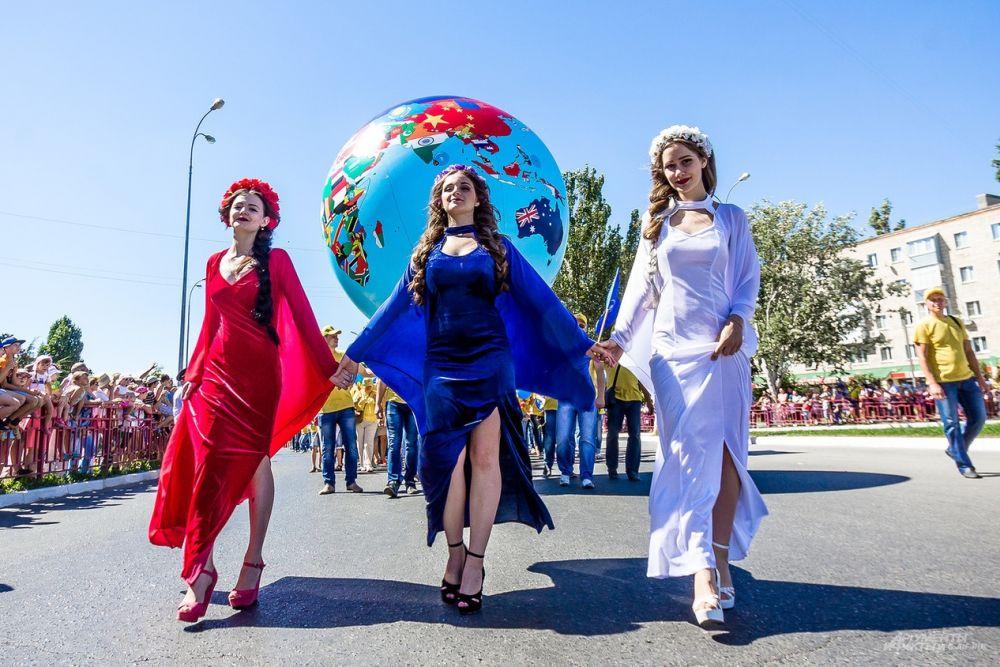 Девушки в нарядах цветов российского триколора.
