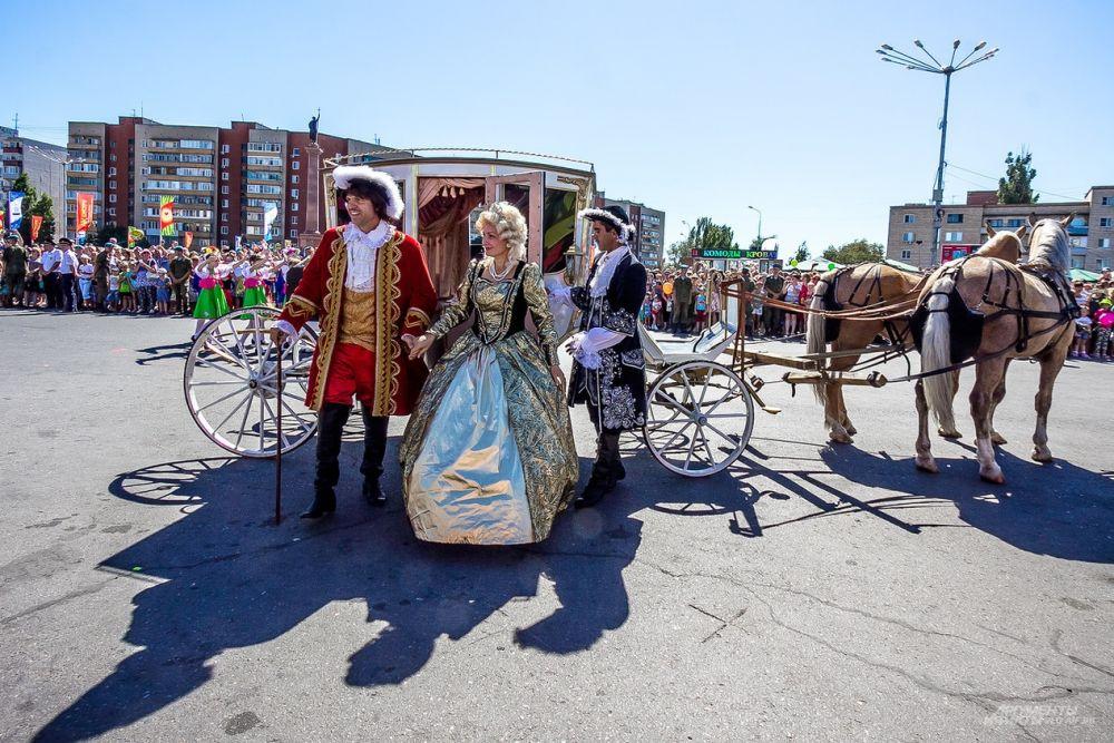 Почетные гости мероприятия - Император Петр I в сопровождении супруги Екатерины Алексеевны.