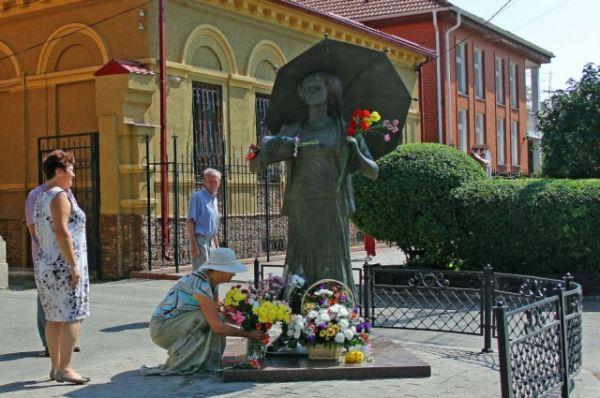 В Таганроге торжественно отметили день рождения актрисы театра и кино Фаины Раневской.