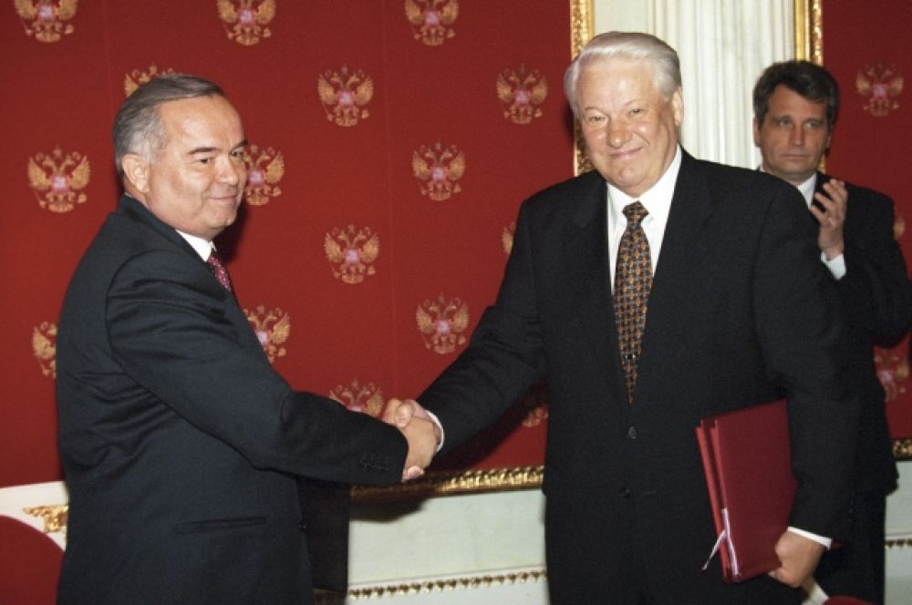 Президент РФ Борис Николаевич Ельцин (справа) и президент Узбекистана Ислам Каримов после подписания совместных российско-узбекских документов в Кремле. 1998 год.