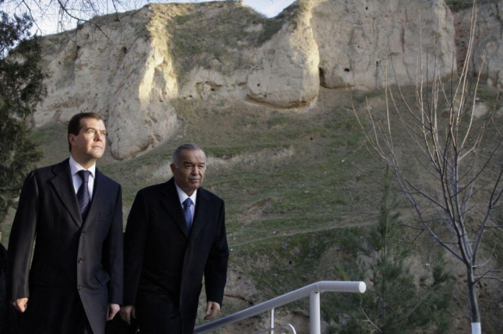 Президент России Дмитрий Медведев и президент Узбекистана Ислам Каримов (слева направо) у мавзолея святого Даниила во время осмотра достопримечательностей Самарканда. 22 января 2009 год.