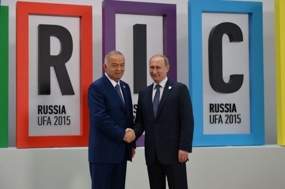 Президент Республики Узбекистан Ислам Каримов и президент Российской Федерации Владимир Путин на церемонии приветствия лидеров приглашённых государств. 9 июля 2015.