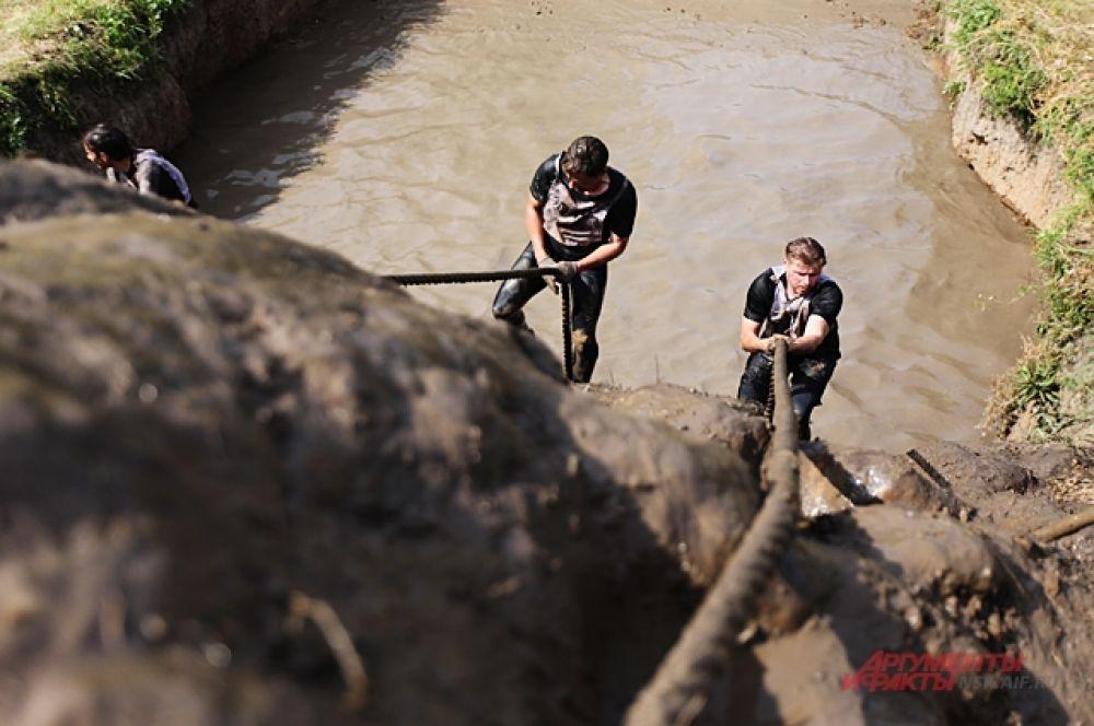 Однако преодолеть грязь не так сложно, как взобраться по земляному валу, который ещё и скользит под ногами.