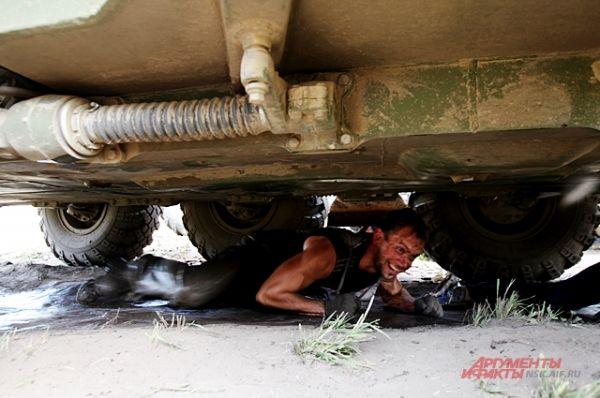 Один из этапов - пролезть под боевой машиной. При этом со всех сторон раздаются взрывы и выстрелы.