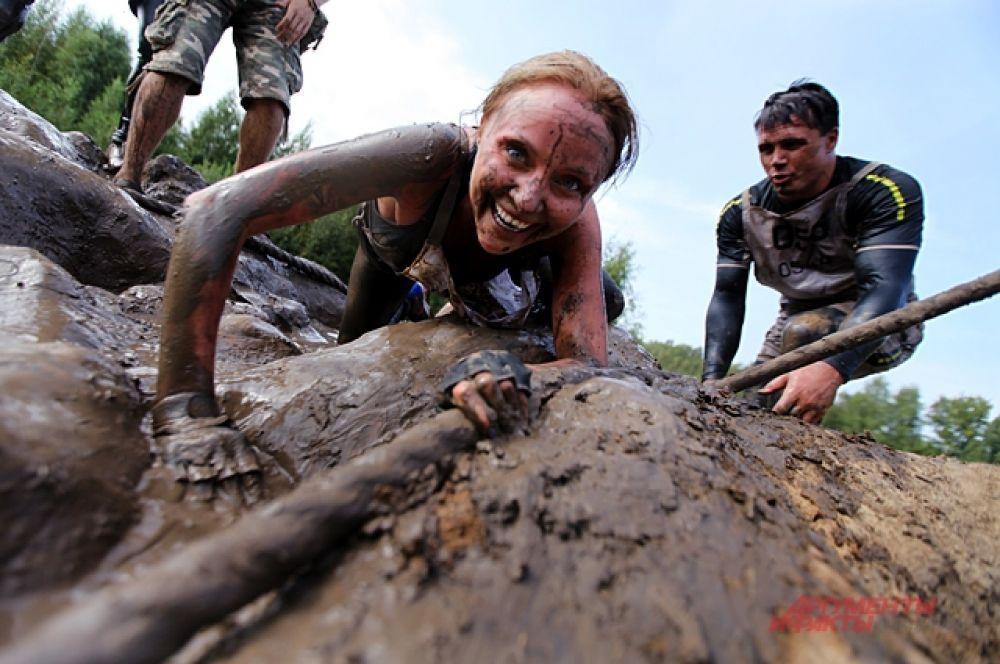 Каждый проходит грязь как может, хрупкие девушки не боятся замараться.