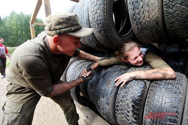 Сквозь колёса прокатиться не просто, выползти помогали военные.
