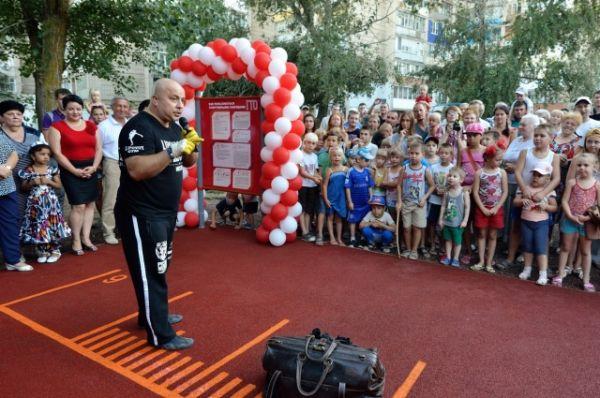Команда «Русские медведи» состоит из восьми человек, которые своими выступлениями пропагандируют здоровый образ жизни и популяризируем силовой спорт.