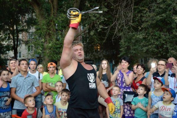 В Волгодонске перед изумлённой публикой они завязывали в узел самые большие строительные гвозди и даже арматуру.