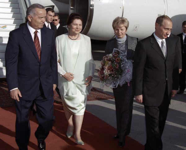 Президент Узбекистана Ислам Каримов с супругой встречают президента РФ Владимира Путина с супругой в аэропорту Ташкента. 2000 год.