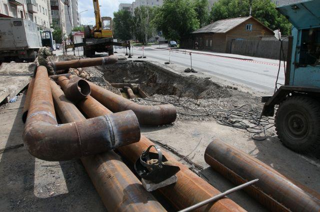 ВНовосибирске грузовой автомобиль газовой службы свалился вогромную яму надороге
