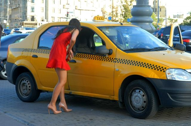 Автомобиль такси сбил девушку наулице Академика Лебедева вПетербурге