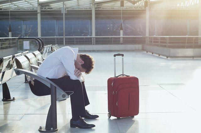 Соьрудницы аэропорта выбирали чемоданы и сумки без дополнительных замков и пленки.