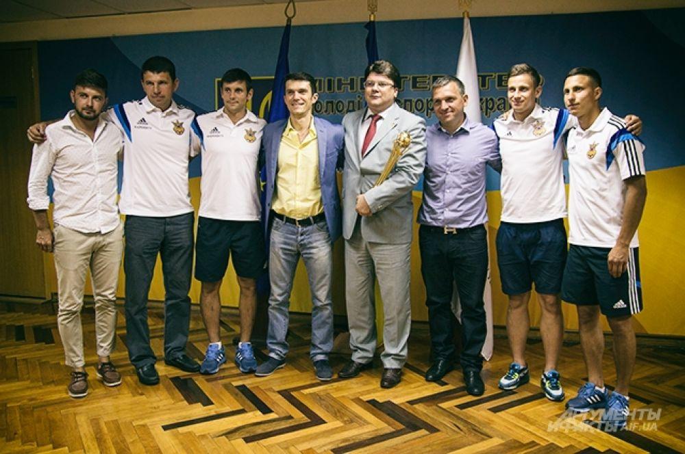 Общее групповое фото с трофеем