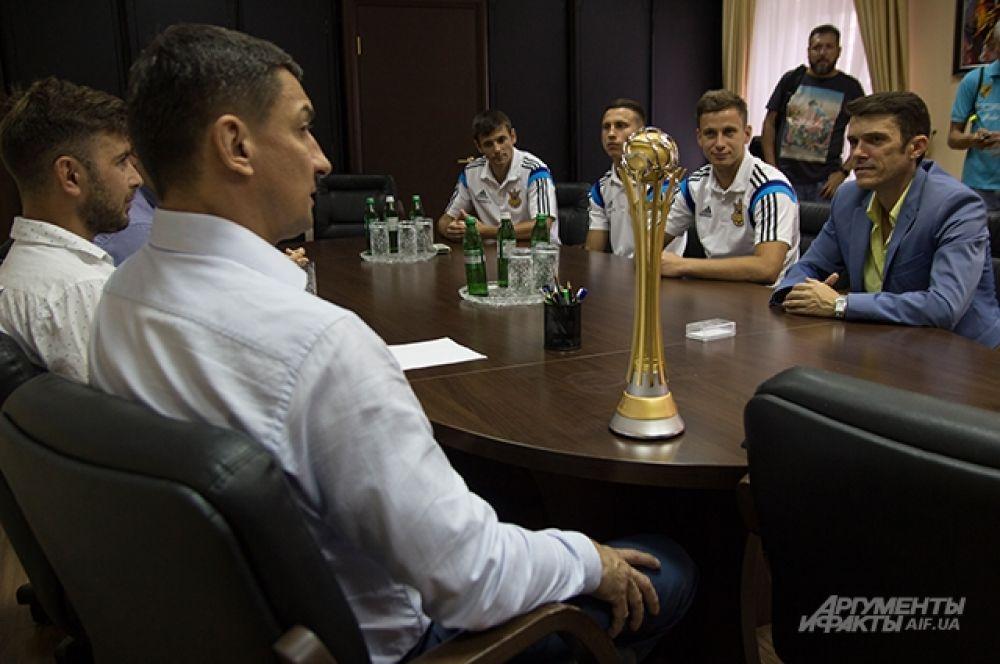 В кабинете у министра атмосфера была не слишком бурной и веселой, скорее спокойной