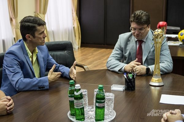 Рядом с министром слева сидел президент федерации пляжного футбола - Сергей Харченко