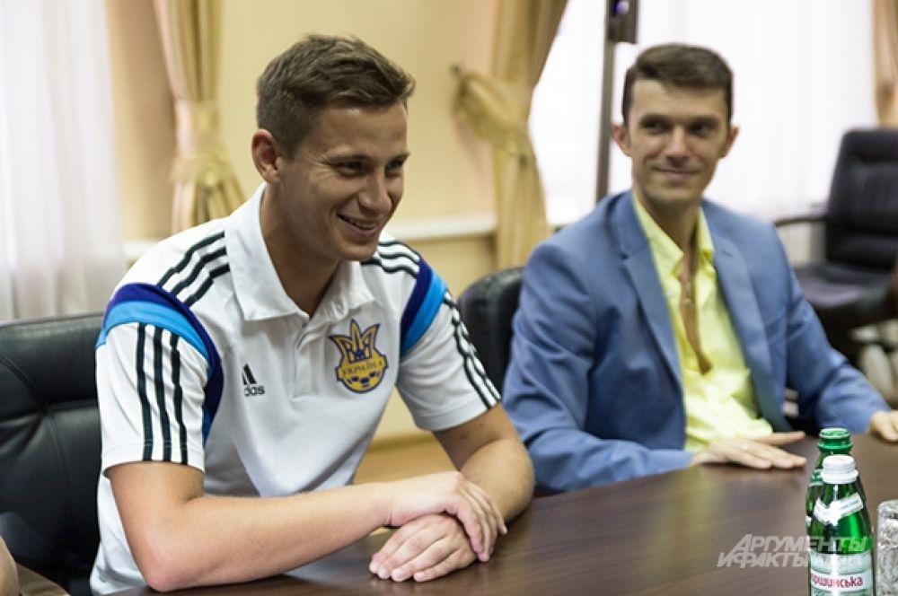 Рядом с Харченко сидел один из игроков сборной - Евгений Рябчук